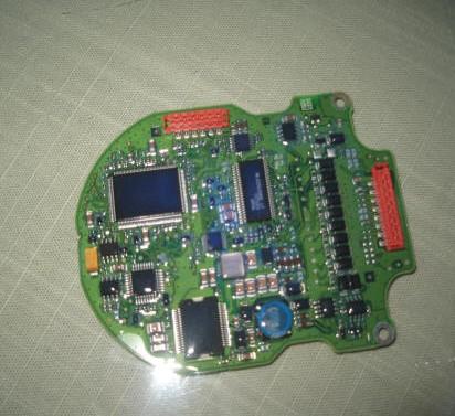 下图是三防胶涂覆过的电路板在黑光灯紫外线